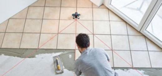 Як правильно клеїти керамічну плитку на підлогу? Інструкція